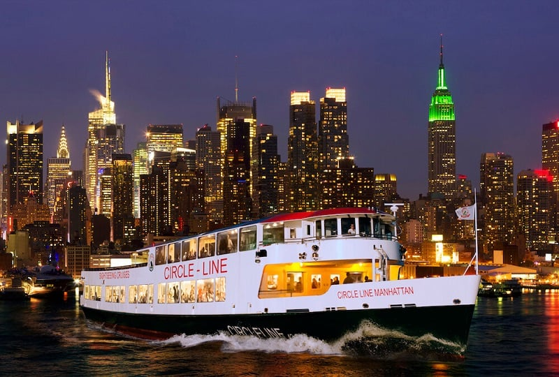 Passeio de barco a noite