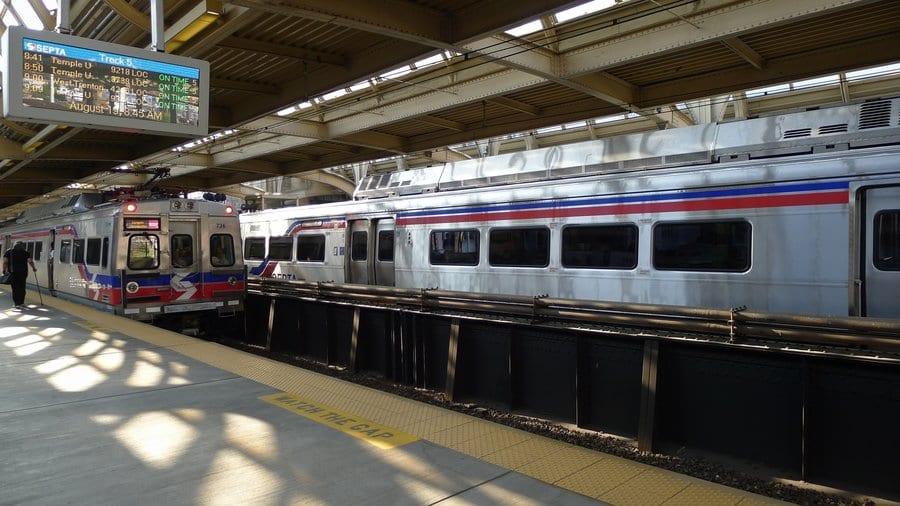 Ir de trem do aeroporto da Filadélfia até o centro