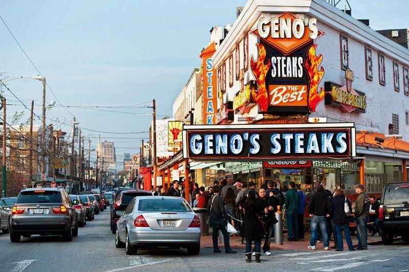 Comer o Philly Cheese Steak no Geno's Steaks e no Pat's King of Steak na Filadélfia