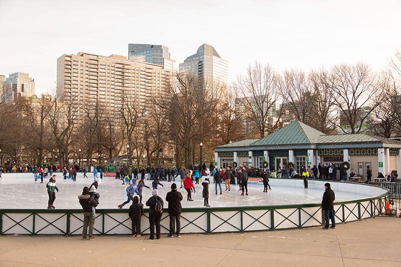 Patinação no gelo no parque Boston Common em Boston