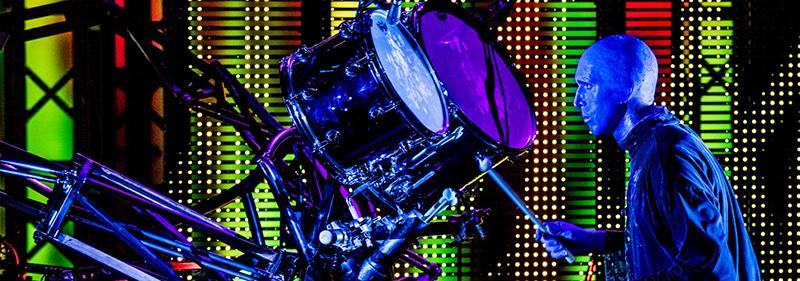 Música e bateria no show do Blue Man Group em Nova York
