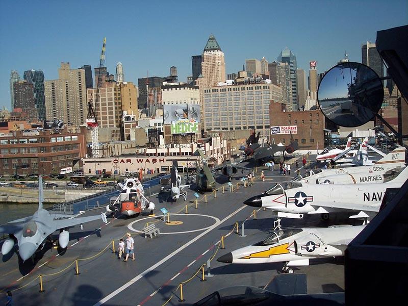 Exposição externa de aviões no Museu Intrepid Sea, Air & Space em Nova York